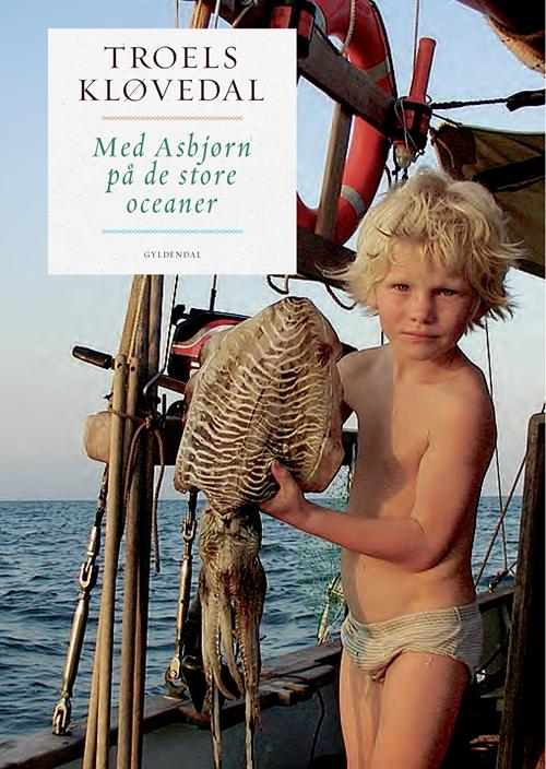 Med Asbjørn på de store oceaner - Troels Kløvedal - Bøger - Gyldendal - 9788702277609 - January 4, 2019
