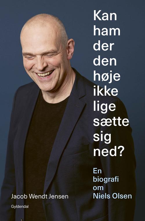 Kan ham der den høje ikke lige sætte sig ned? - Jacob Wendt Jensen - Bøger - Gyldendal - 9788702285420 - 27/2-2020