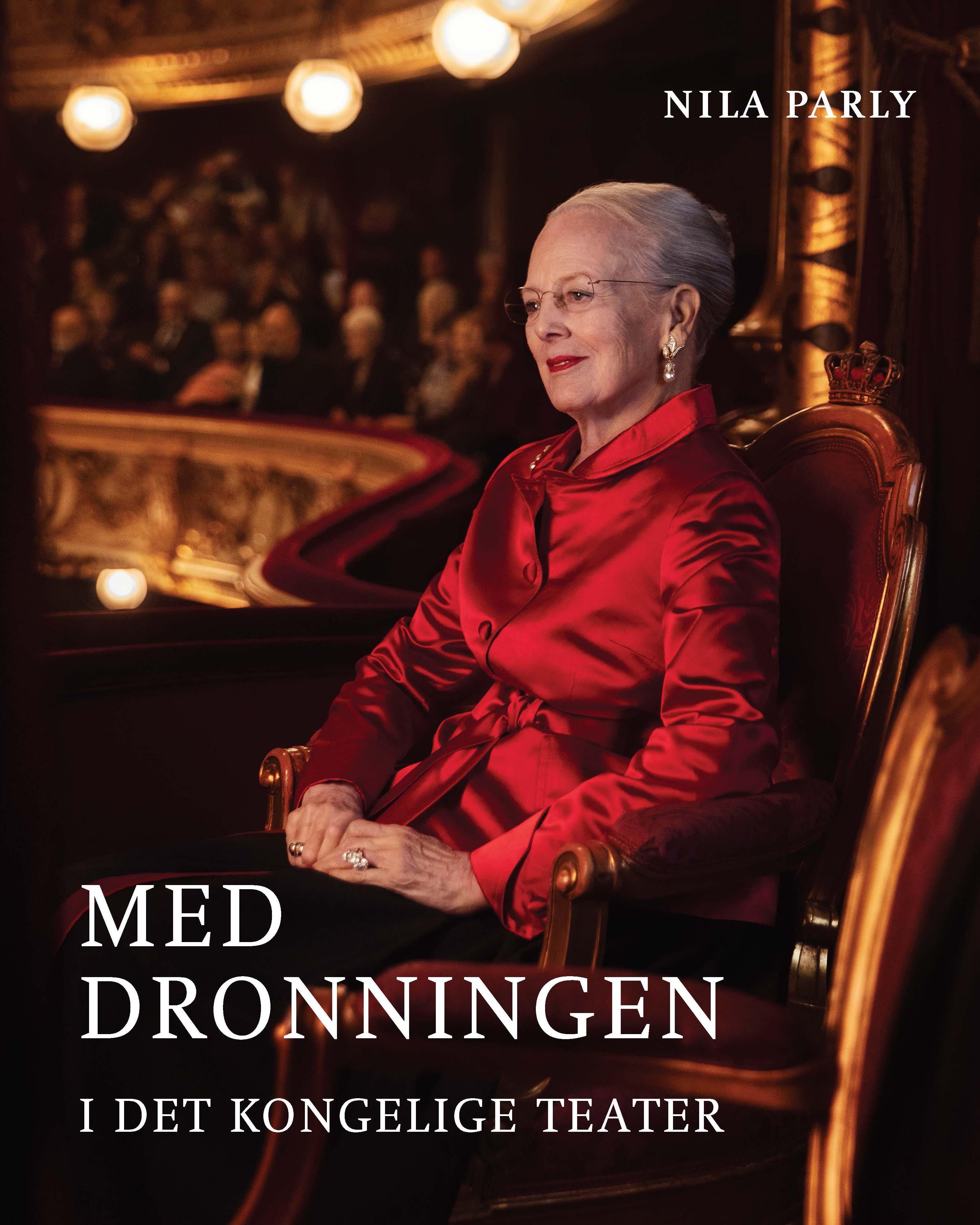 Med dronningen i Det Kongelige Teater - Nila Parly - Bøger - Politikens Forlag - 9788740046885 - Mar 25, 2020